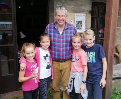 Ferien Schnitzkurs bei Roland Friedrich mit zwei Kindern